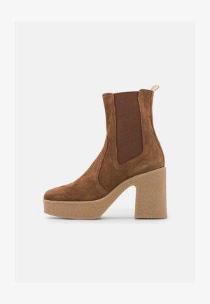 ENEA - Højhælede støvletter - brown
