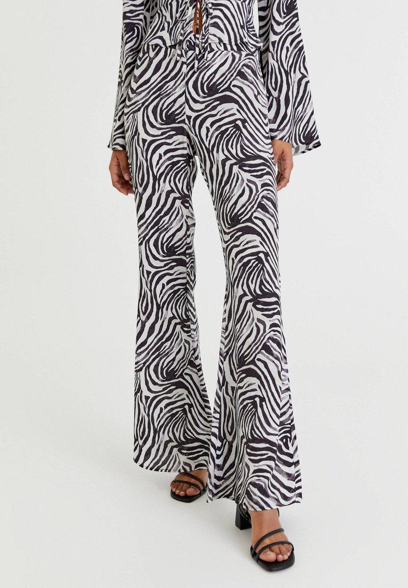 PULL&BEAR - ZEBRAMUSTER - Trousers - black