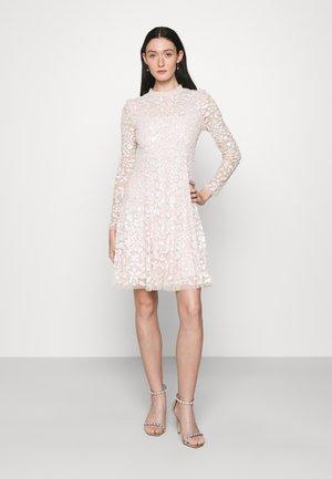 AURELIA LONG SLEEVE MINI DRESS - Koktejlové šaty/ šaty na párty - strawberry icing