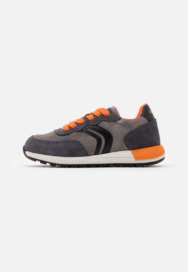 ALBEN BOY - Sneakers - grey/orange