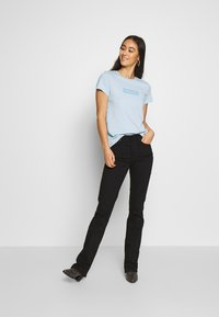 Levi's® - THE PERFECT TEE - T-shirts med print - box tab baby blue - 1