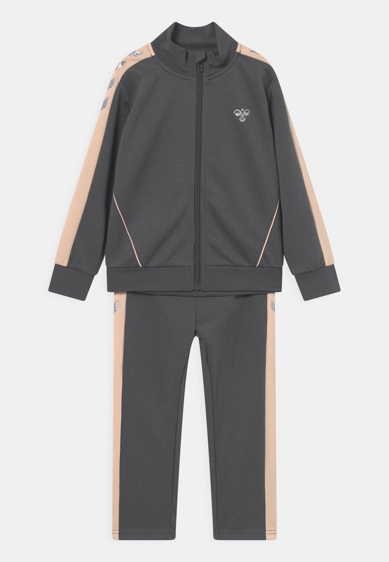Hummel - DROP UNISEX - Trainingsanzug - dark grey/light pink/silver-coloured