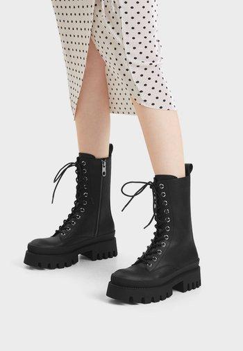 MIT XL-PROFILSOHLE UND SCHNÜRUNG  - Lace-up ankle boots - black