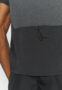 Nike Performance - TECHKNIT ULTRA  - T-shirt print - black/smoke grey - 4