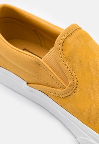 Vans - CLASSIC UNISEX - Slip-ins - honey gold/deep mint - 5