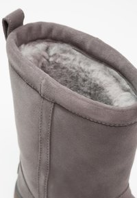 UGG - CLASSIC SHORT WATERPROOF - Classic ankle boots - metal - 6