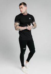 SIKSILK - DUALITY GYM TEE - T-shirt - bas - black - 1