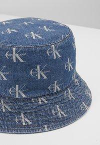 Calvin Klein Jeans - MONOGRAM BUCKET ALLOVER - Hatt - denim - 2
