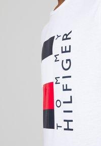Tommy Hilfiger - CORP STRIPE BOX TEE - Camiseta estampada - white - 4