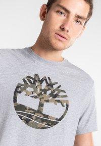 Timberland - SS KENNEBEC RIVER CAMO TREE - Print T-shirt - medium grey heather - 3