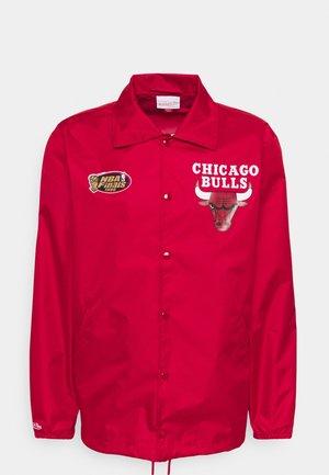 NBA CHICAGO BULLS COACHES JACKET - Vindjacka - scarlet