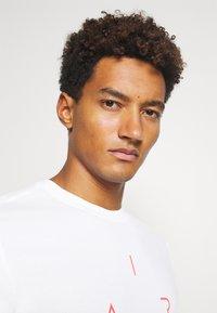 Jordan - AIR CREW - Print T-shirt - white/black - 3
