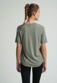 Hummel - HMLVANJA - Basic T-shirt - vetiver - 2