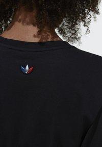 adidas Originals - PRIMEBLUE ADICOLOR ORIGINALS RELAXED T-SHIRT - Camiseta estampada - black - 5