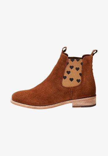 CHELSEA BOOT JULIA MIT HERZCHEN - Ankle boots - cognac