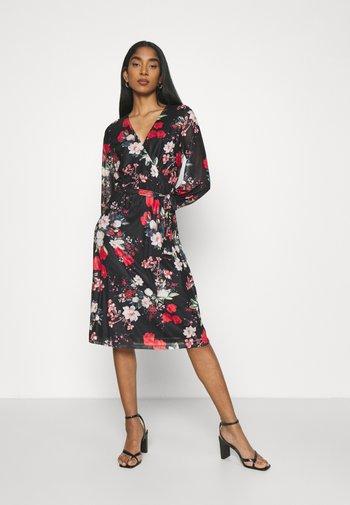 VIDAVIS VNECK TIE BELT DRESS - Denní šaty - black/flower