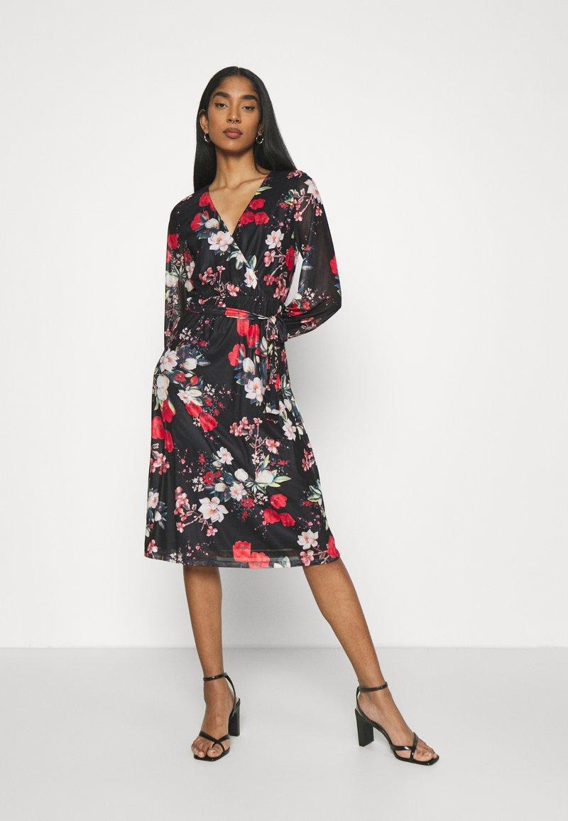 Vila - VIDAVIS VNECK TIE BELT DRESS - Denní šaty - black/flower