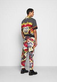 Versace Jeans Couture - TECNO PRINT BELT PAISLE - Tracksuit bottoms - rosso - 2