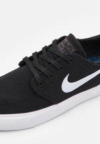 Nike SB - ZOOM JANOSKI UNISEX - Sneakersy niskie - navy/signal blue/white - 5