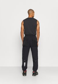 Jordan - ZION WILLIAMSON PANT - Spodnie treningowe - black/white - 2