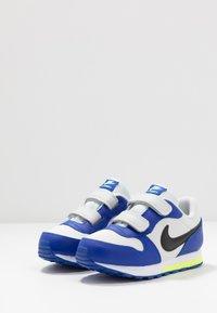 Nike Sportswear - MD RUNNER 2 - Sneakers laag - photon dust/black/hyper blue/volt - 3
