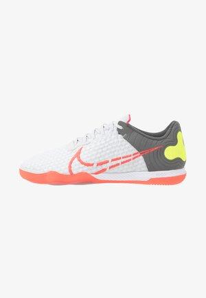 REACTGATO  - Indoor football boots - white/bright crimson/cool grey