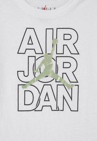 Jordan - AIR JORDAN WILD TRIBES TEE UNISEX - Print T-shirt - white - 2