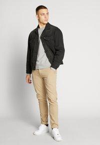 Levi's® - VINTAGE FIT TRUCKER UNISEX - Kurtka jeansowa - black - 1