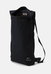 Nike Performance - UTILITY UNISEX - Batoh - black/black/enigma stone - 3