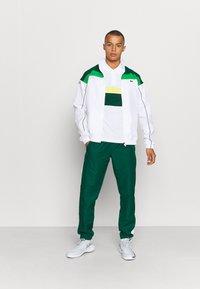 Lacoste Sport - TENNIS TOUR - Polo shirt - blanc/vert/jaune/blanc/noir - 1