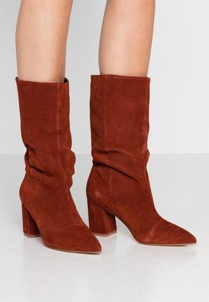 KARLA - Vysoká obuv - rust