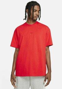 Nike Sportswear - TEE PREMIUM ESSENTIAL - T-shirt - bas - chile red - 0