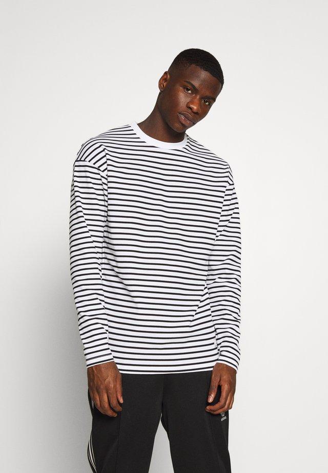 JPRCARL CREW NECK - Sweatshirts - white/black