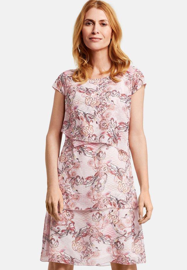 MIT STUFEN - Day dress - pink/tobacco