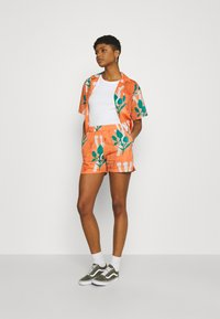 Carhartt WIP - TOM KRÓL FLOWERS - Shorts - shrimp - 1
