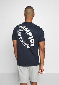 Champion - TIRE CREWNECK - T-shirts med print - dark blue - 2