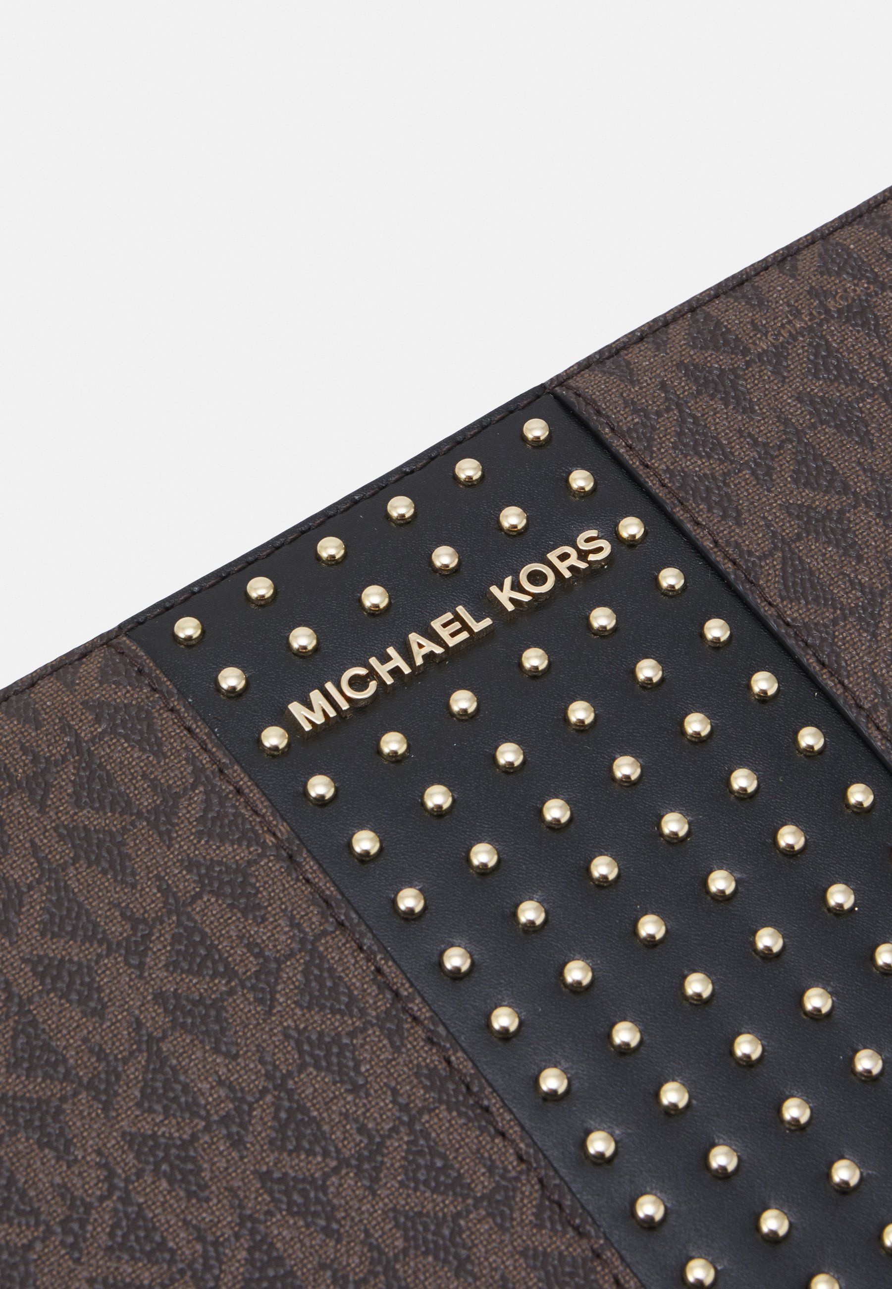 MICHAEL Michael Kors JET SETLG CROSSBODY MICROSTUDS - Skulderveske - brown/black/brun WijnuzCZV5nZnYW