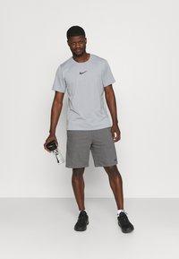 Nike Performance - Print T-shirt - particle grey/white/(black) - 1