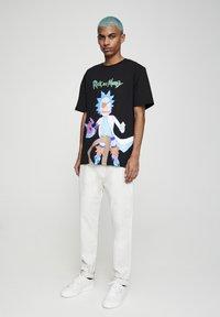 PULL&BEAR - RICK & MORTY - T-shirt con stampa - mottled dark grey - 1