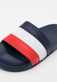 adidas Originals - ADILETTE SPORTS INSPIRED SLIDES UNISEX - Ciabattine - bright royal/red/footwear white - 5