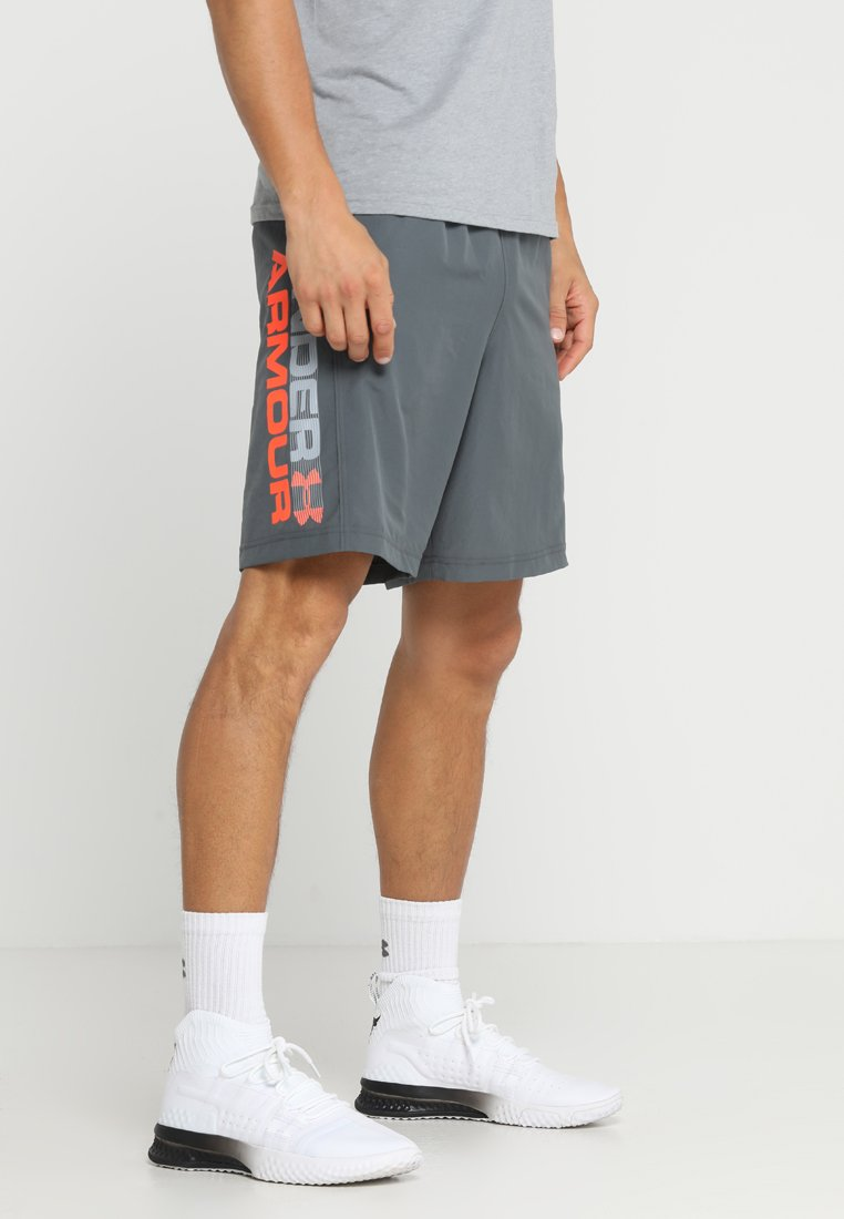 Under Armour - WORDMARK - Urheilushortsit - pitch gray/orange glitch