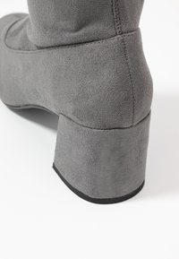 Miss Selfridge Wide Fit - WIDE FIT OSLO LOW BLOCK - Over-the-knee boots - charcoal grey - 2