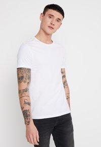 Levi's® - CREWNECK 2 PACK - Print T-shirt - white/white - 2