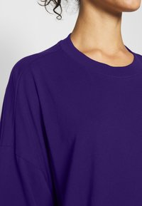 Weekday - HUGE - Basic T-shirt - dark purple - 4