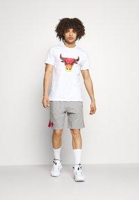 New Era - CHICAGO BULLS SIDE PANEL - Sports shorts - grey - 1