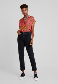 Vero Moda - VMSARA RELAXED - Relaxed fit jeans - black - 1