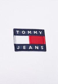 Tommy Jeans - BADGE CREW - Sweatshirt - white - 5