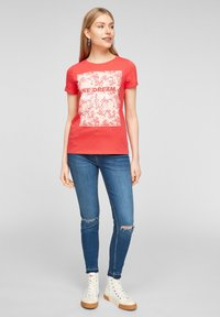 QS by s.Oliver - MIT FRONTPRINT - Print T-shirt - red - 1