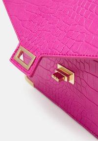 Pieces - PCABBELIN CROSS BODY - Handbag - hot pink/gold - 3