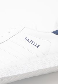adidas Originals - GAZELLE - Zapatillas - footwear white/dark blue - 5